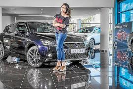 La actriz Adriana Ugarte recibió las llaves de su nuevo Lexus CT 200h