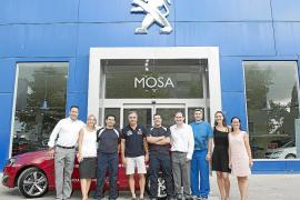 Carlos Sainz recogió el nuevo Peugeot 308 en Mosa Palma