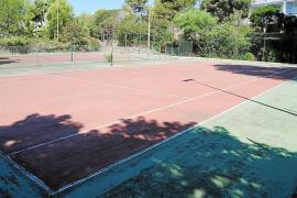 Manacor recupera, 20 años después, una zona verde en Cales con piscina y pistas de tenis