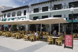 El hotel Sis Pins abre sus puertas tras   meses de incertidumbre sobre su futuro