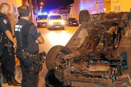 Un conductor  pierde el control de su vehículo y vuelca de madrugada en Palma