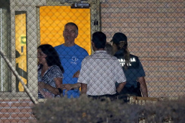 Brett y Naghmeh King salen de la cárcel de Soto del Real