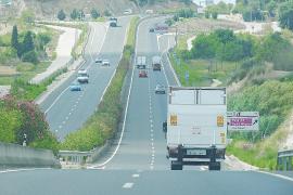Las raíces de las adelfas de la autovía Palma-Manacor destrozan el pavimento