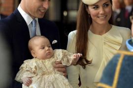 El príncipe Guillermo (i), duque de Cambridge y Catalina (c), duquesa de Cambridge, durante el bautizo de su primogénito, Jorge,
