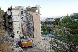 La demolición del Rocamar avanza a pesar de las continuas interrupciones