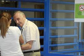 Un inmigrante acompaña y guía  los pasos de Alemany en la cárcel
