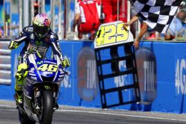 Rossi se impone a Lorenzo en San Marino y logra su primer triunfo de la temporada