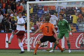 Holanda hace valer su superioridad con ayuda de un autogol (2-0)