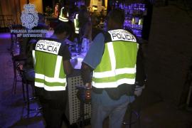 Detenido en Murcia el propietario de dos bares por proponer a menores alternar y realizar striptease