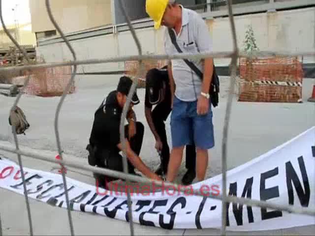 Un grupo de pensionistes y jubilados se encadena para tildar al Govern de «esclavista»