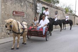 Desfile de carrozas en honor al Pare Serra