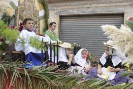 Desfile de carrozas del Pare Serra en Petra