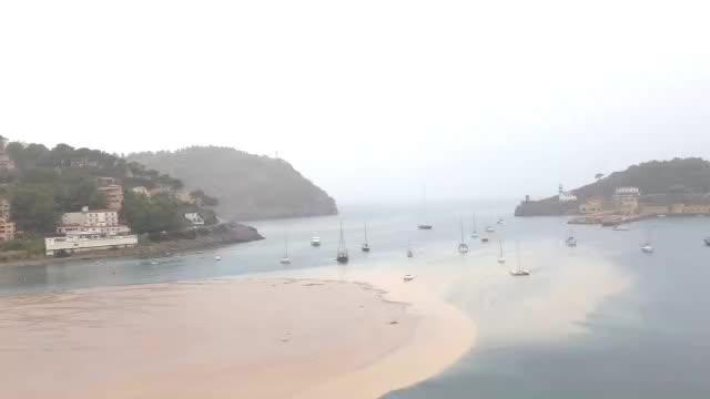 Las fuertes lluvias tiñen de marrón la bahía de Sóller