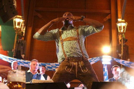 Bolt, en el mejor estilo bávaro y posando en la Oktoberfest de Múnich
