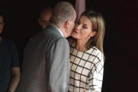 La Reina Letizia recibe el donativo del Rey Juan Carlos en una mesa de Cruz Roja