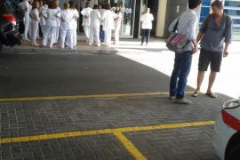 Concentración de enfermeros en hospitales en apoyo a la colega contagiada