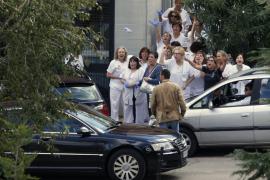 Trabajadores del hospital despiden a Rajoy lanzándole guantes de látex