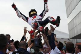 Lorenzo suma su segunda victoria consecutiva, Márquez su segundo título
