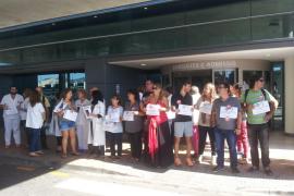 Los sanitarios de Balears se concentran para ofrecer su apoyo a los profesionales del Carlos III