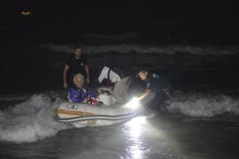 Rescatan a un matrimonio que intentaba acceder a su embarcación encallada