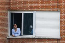 El marido de la auxiliar pide al consejero de Sanidad de Madrid que dimita