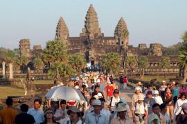 Una holandesa destroza una estatua en los templos camboyanos de Angkor