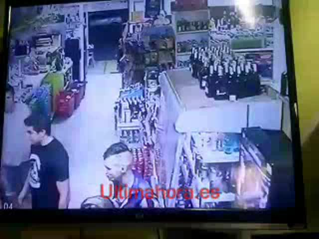 Una cámara capta la agresión a un dueño de un supermercado en Cala Millor