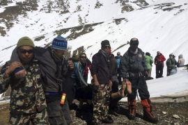 Rescatan a 87 montañeros y un centenar continúan sin localizar en Nepal