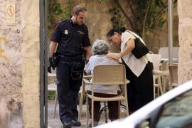 Dejan encerrada a una anciana en un coche en Palma
