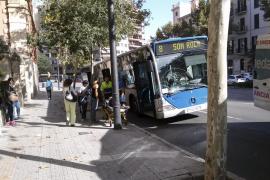Un autobús atropella a un adolescente que iba en monopatín en sentido contrario