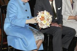 La Reina Isabel II escribiendo su primer tuit