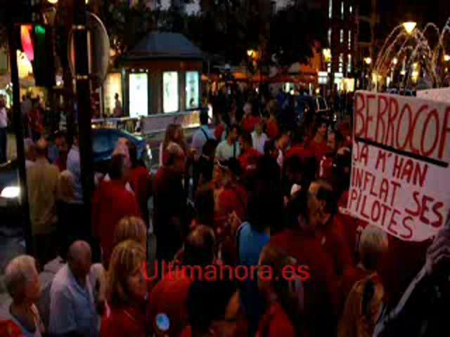 Dos mil aficionados del Mallorca se concentran para protestar contra la directiva