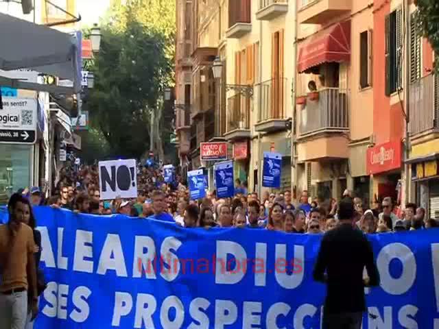 Unas trescientas personas claman en Palma contra las prospecciones
