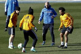 Sancionan con tres meses de suspensión a Zidane por entrenar sin título