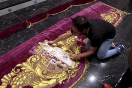 El Teatre Principal recupera el escudo de la reina Isabel II en los damascos del palco