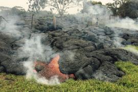 El río de lava del volcán Kilauea en Hawái amenaza una zona residencial