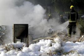 Un incendio calcina un vertedero ilegal en el polígono de Levante