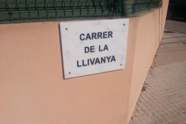 Placa recién puesta en la calle Llivanya de Palma