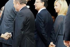 La alcaldesa de Alicante consigue la  foto «incómoda» saludando al Rey