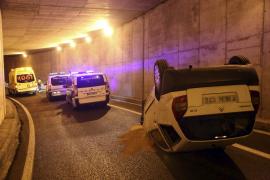 Cierran el túnel de Costa de la Calma tras volcar un coche en su interior