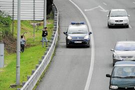 La policía 'caza' a dos niños haciendo carreras en patinete por la Vía de Cintura