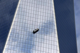 Dos limpiacristales quedan suspendidos de la torre del World Trade Center
