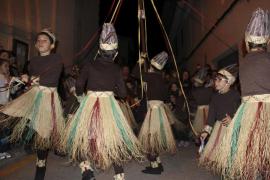 L'Escola Municipal de Mallorquí muestra las danzas rituales de Manacor a los niños