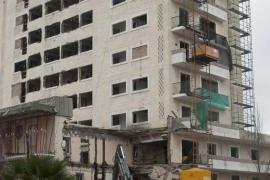 La silueta del hotel Son Moll mantiene en el recuerdo la tragedia vivida hace un año en Capdepera