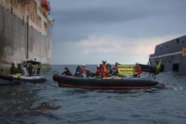 Herida una activista de Greenpeace tras intentar abordar el 'Rowam Renaissance'