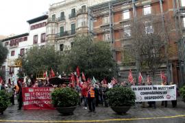 Concentración ante Cort para pedir la readmisión de los 22 despedidos de Mevisa