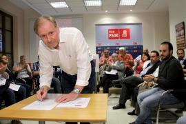 Socías entrega los avales para presentarse a las primarias del PSIB por Palma