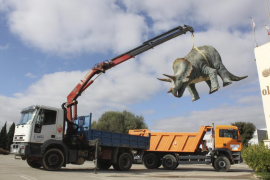 Retiran los emblemáticos dinosaurios de la entrada de Manacor