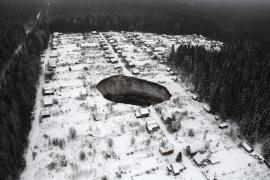 Un socavón engulle varias casas en una ciudad rusa de los Urales