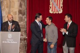 El presidente Bauzá, acompañado del consejero de Turismo y Deportes y el director general de Deportes, felicita a David Salom